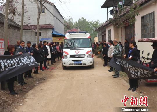村民自发送张常海最后一程。 胡洪涛 摄
