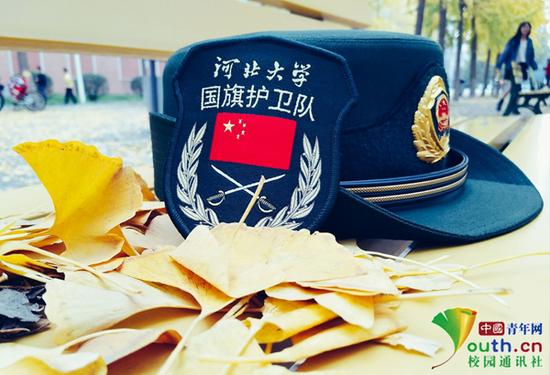 图为河北大学国旗护卫队臂章和帽子。中国青年网通讯员 张赫洋 摄