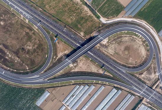 这是9月28日拍摄的山东省莘县的莘(县)南(乐)高速(无人机拍摄)。