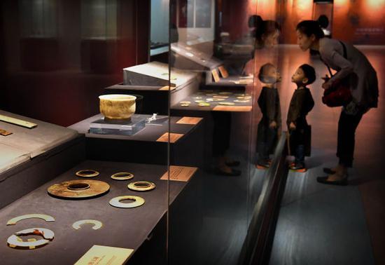 10月12日,参观者在安阳博物馆观看展品。