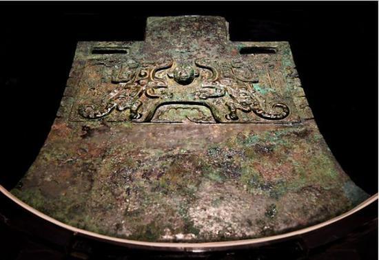 """在安阳博物馆展出的展品""""妇好铜钺""""(10月12日摄)。"""