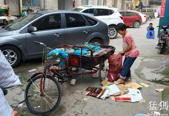 郑州女孩陪患病妈妈捡废品:快开