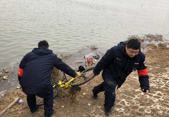 """多辆共享单车被扔进贾鲁河""""泡澡"""" 队员:一捞好几辆"""