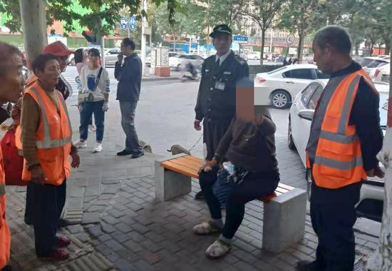 郑州女子骑走环卫工三轮车追尾公交:碍事给它挪个地