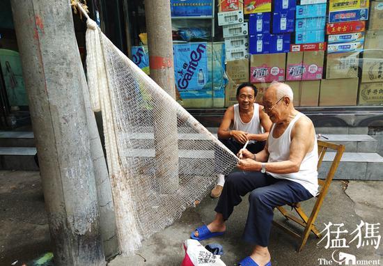 郑州89岁老人酷爱手工编织渔网 没事就干这锻炼手脚