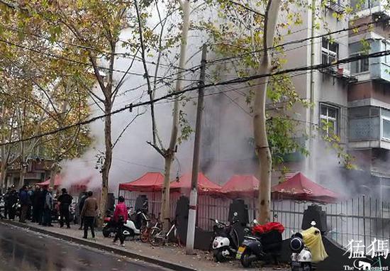 郑州又见热力管道爆裂 一名小男孩双脚被烫伤