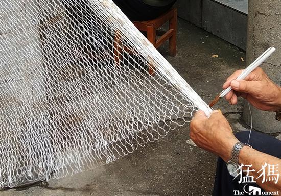 据老人介绍,他姓王,今年89岁了,他老家是河南滑县的,自己小时候由于生活所迫,为了生计,学会了撒网捕鱼和手工编织渔网的技术,后来慢慢的喜欢上了这行。如今年纪大了,和家人一直生活在郑州市区,没地方撒网捕鱼了。几年前,他还想骑着摩托车去郊区找地方撒撒网,可儿女们不同意,说他年纪大了,就是不放心。