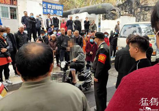 男子碰瓷要价300元被旁观市民回怼:不给,不能助长歪风邪气!