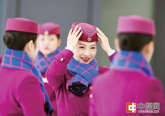 铁路乘务人员在进行妆容礼仪培训 新华社发