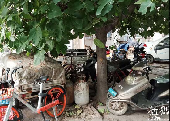 郑州居民院里放了4个废弃的液化