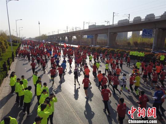 郑开马拉松赛将郑州、开封两座古都紧密连接在一起,赛事吸引力十足。 李超庆 摄