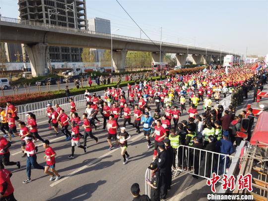 2019郑开国际马拉松赛开跑 肯尼亚选手获男女组冠军