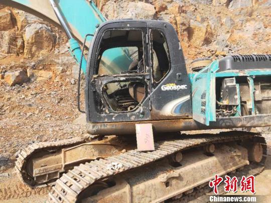 图为非法采石钩机设备被执法人员拆除。 王建峰 摄