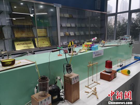 长沙周南梅溪湖中学创客工作室内集中了一批学生发明及各类获奖证书。 刘曼 摄