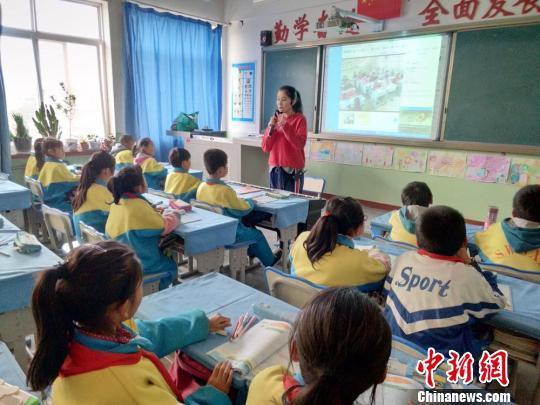一名老师正在上课 资料图 王亚海 摄