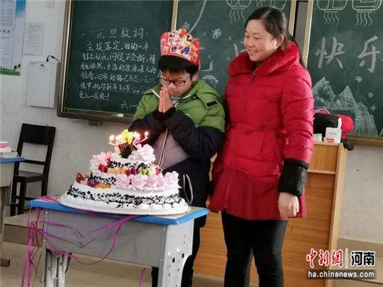 老师和同学们在教室里为惠双印过生日。闵昌娥 摄