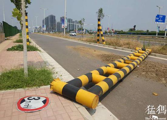 郑州慢车道限高杆被撞倒 行人车