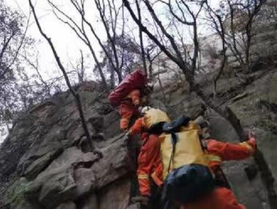 郑州男子从少室山陡崖坠下 消防员钻崖洞爬崖壁救援