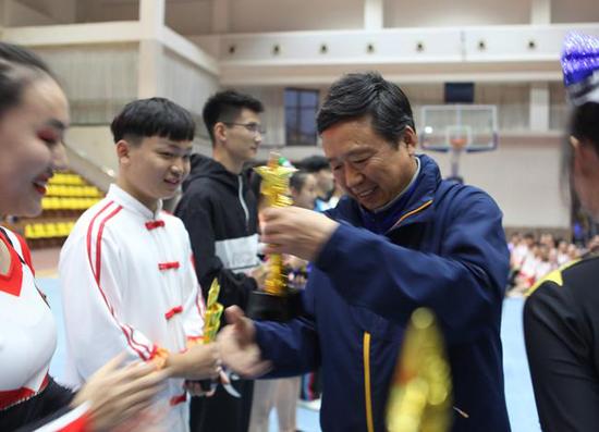 郑州市教育局体卫艺处处长高百中为获奖队伍颁奖