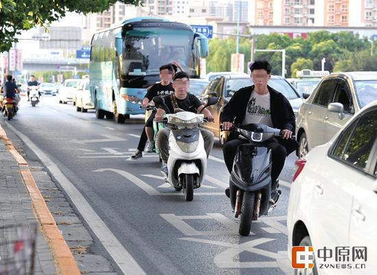 花园路上,电动车骑行机动车道 郑报全媒体记者 周甬 图