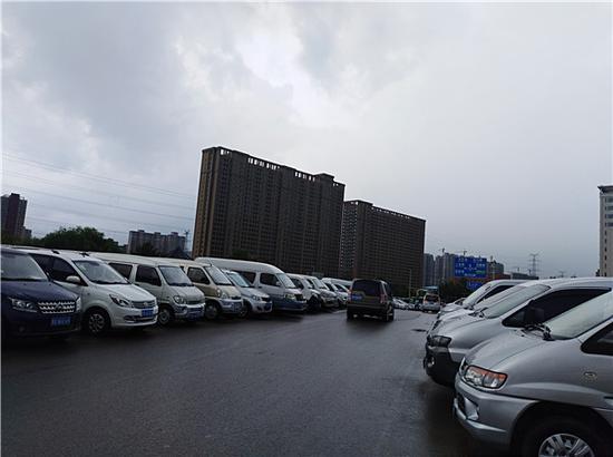 郑州千辆二手车摆上马路占道卖 多部门联合执