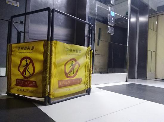 郑州熊孩子对着电梯按键撒尿 致使小区一电梯停运