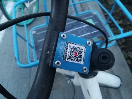 郑州数百辆共享单车被贴二维码 俩男子被抓现行
