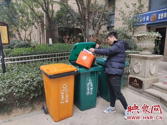 郑州实施垃圾分类投放首日 各小区垃圾分类差异大