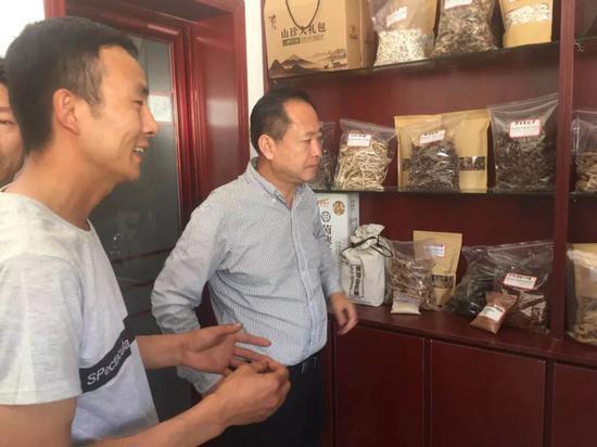 姜继鼎局长考察水磨村旅游扶贫电商