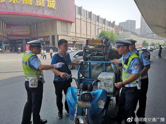 从重处罚!郑州交警严查银基商圈非机动车违法行为
