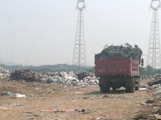 生活垃圾无序堆放,垃圾车没有覆盖(图片来源:生态环境部网站)