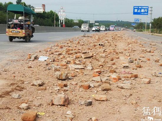 郑州快车道现200多米长建筑垃圾带 又是渣土车惹的祸