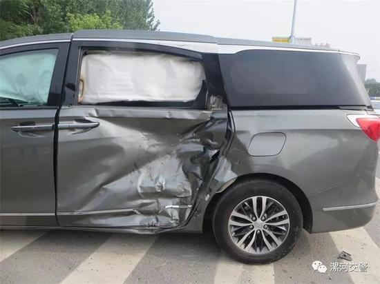 豫L77***号小型普通客车一侧严重凹陷。