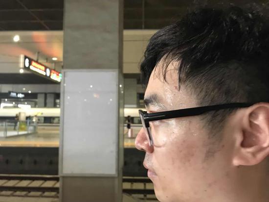 高温下的郑州东站客运员:每天行走两万多步