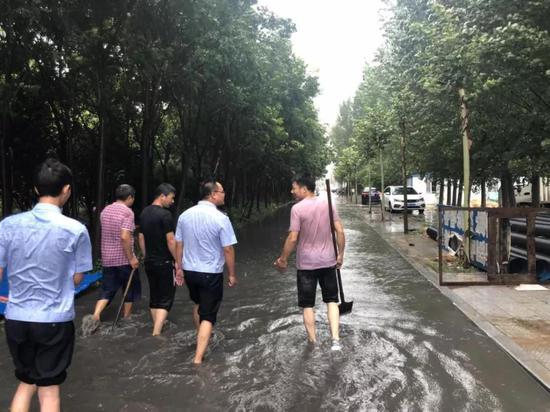 河南开封:突降大雨污水满溢民