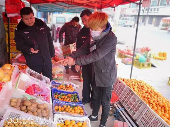 目前,王某、刘某因涉嫌盗窃已被刑事拘留,辛某被被依法处以行政拘留5日。