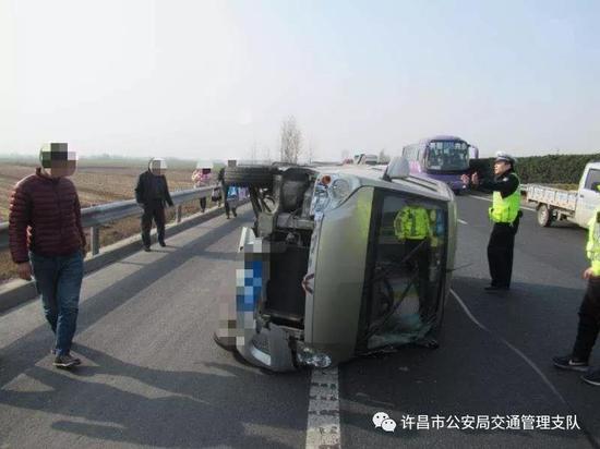面包车爆胎侧翻高速路 许昌高速交警及时救援