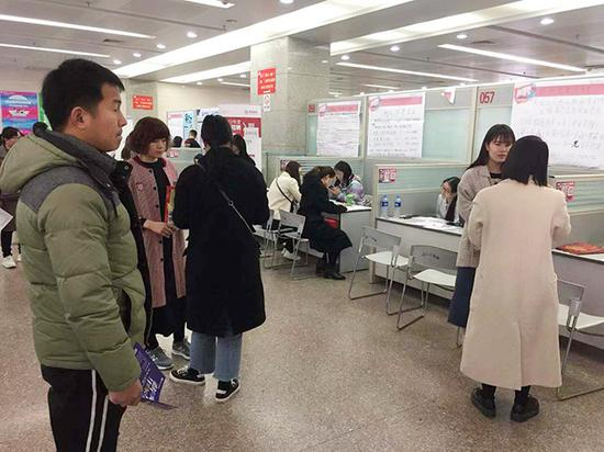 """河南省人才市场女子招聘专场 不少男士也来""""抢饭碗"""""""
