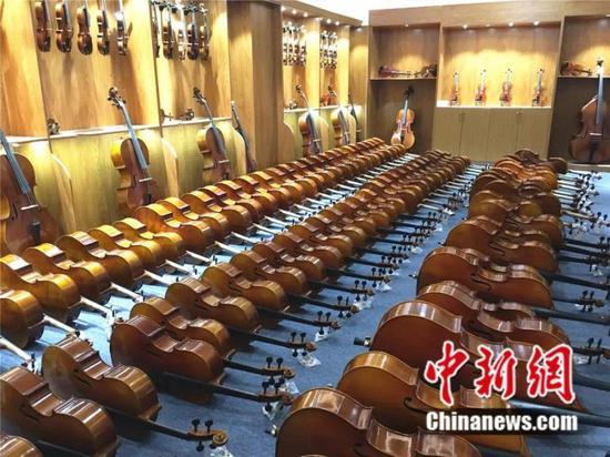 图为确山提琴企业生产的各种中高档手工提琴 郭新社 摄