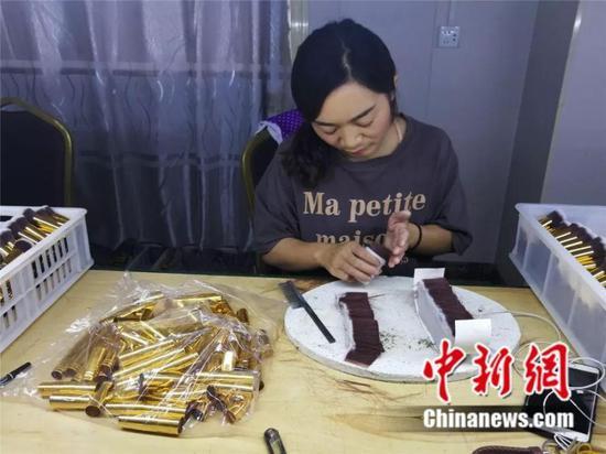 图为工人正在制造化妆刷 刘鹏 摄