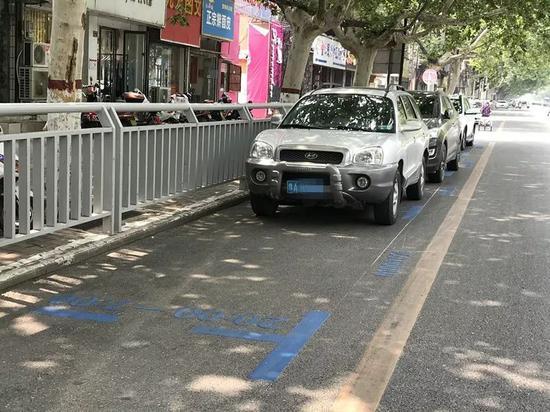 """""""蓝色""""停车位"""