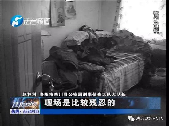 在出租屋内,民警发现了两男一女,他们的身上都布满了鲜血。