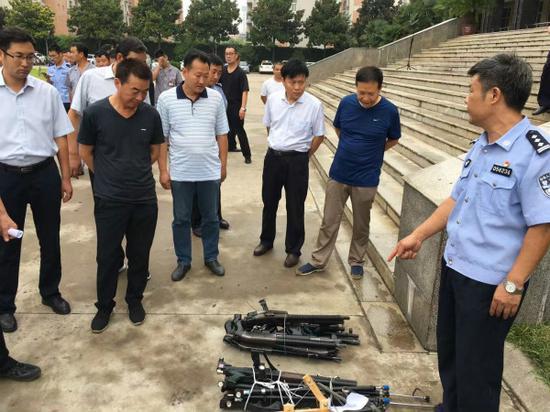 (许昌市公安局相关负责人介绍收缴的非法枪支的性能和危害)