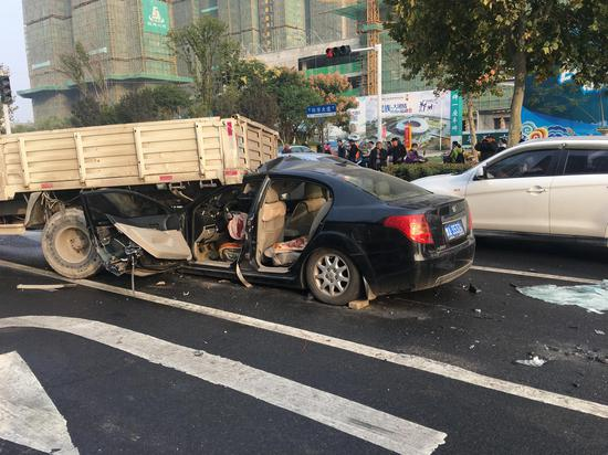 突发!今晨郑州科学大道三车追尾 两人受伤