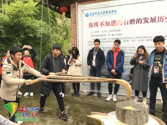 图为同学们在用石磨研制农作物。受访者供图