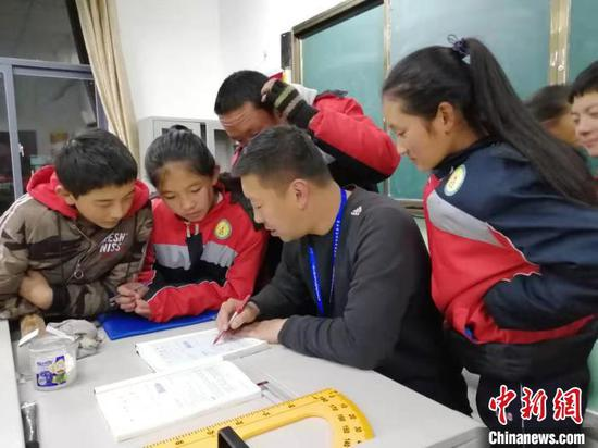 图为河北支教老师与学生们互动。孔晓峰供图