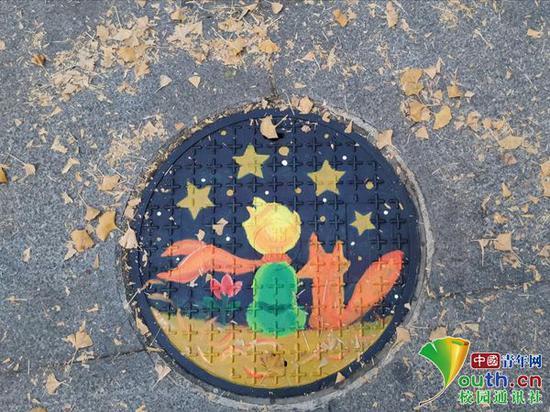"""图为""""小王子""""井盖涂鸦。中国青年网通讯员 王东林 摄"""