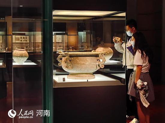 游客在洛阳博物馆参观 张光辉 摄
