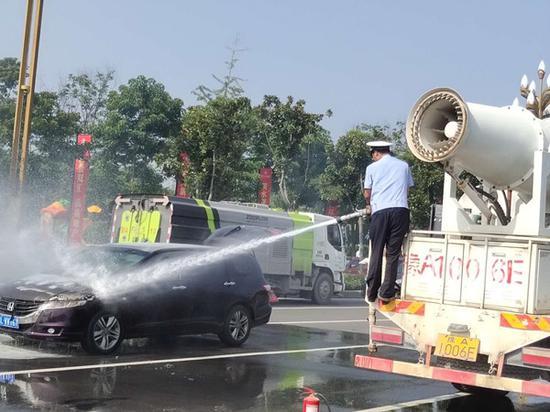 轿车行驶途中自燃 漯河交警消防合力扑救