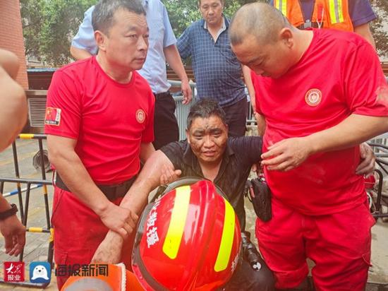 郑州男子被困淹水地下车库近70小时 趴在通风管廊求生终获救